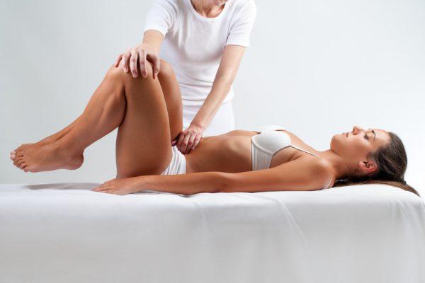 Frau bekommt eine osteopathische Behandlung.